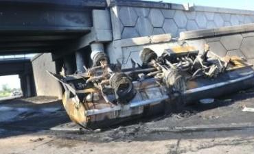 Un muerto al explotar un camión con combustible en Córdoba