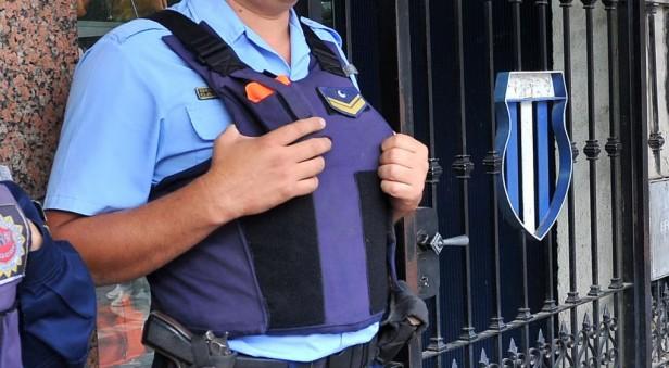 Un policía recibió dos disparos y se salvó gracias si chaleco antibalas