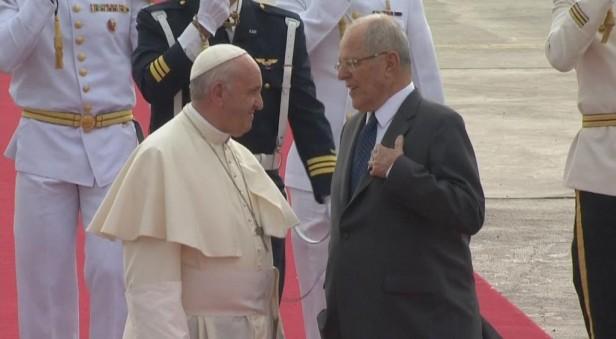 El Papa llegó a Perú y fue recibido por el presidente Kuczynski