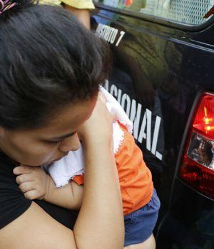 Filman brutal paliza de una madre a su hijito de 11 meses