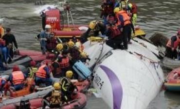 Al menos 31 personas murieron en un accidente aéreo en Taiwán