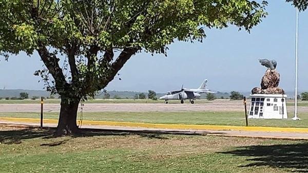 Se desprendió la cúpula de un avión militar y el copiloto se eyectó en pleno vuelo
