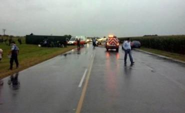 Un muerto al chocar un colectivo con gendarmes y un camión.