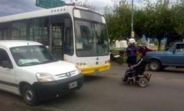 Cansado de que no lo lleven, bloqueó a un colectivo con su silla de ruedas
