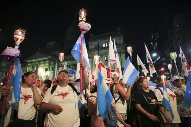 Marcharon con velas encendidas contra el aumento de tarifas