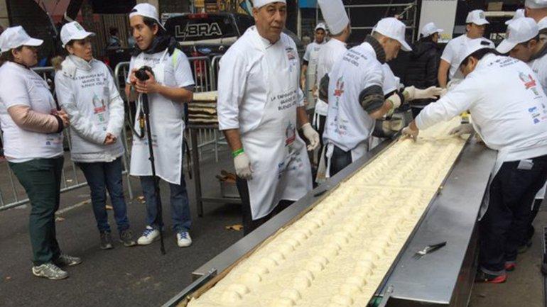 Prepararon una empanada de 80 metros en plena Avenida de Mayo