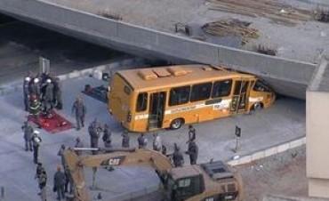 Cayó viaducto cerca de donde entrena Argentina: dos muertos