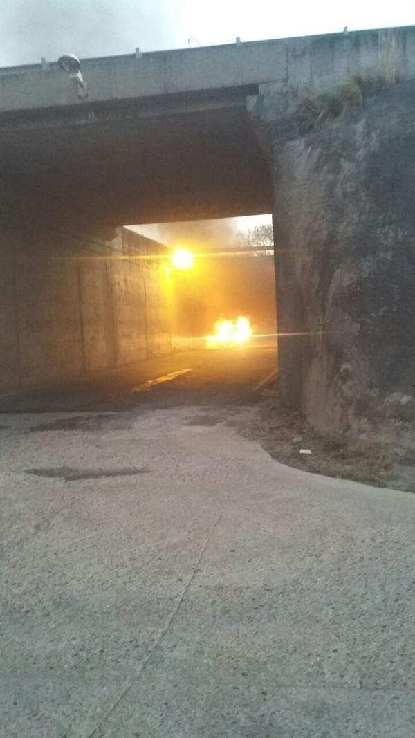 Investigan la muerte un hombre hallado en el interior de un auto incendiado