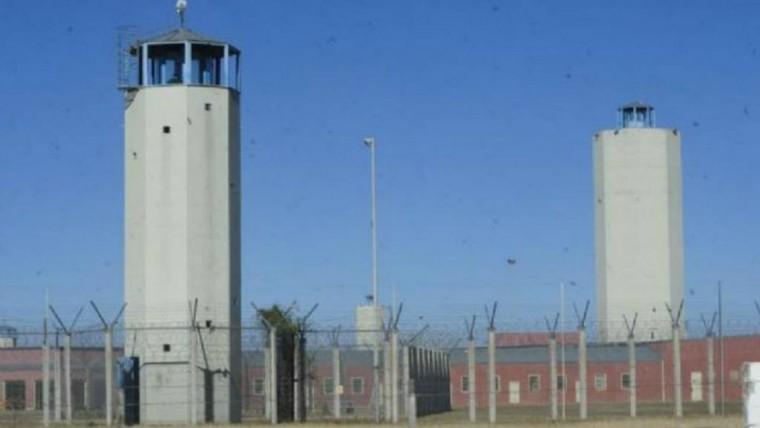 Detienen a penitenciario que quiso entrar drogas y celulares a Bower