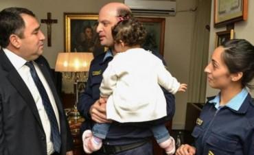Distinguen a policías que dejaron a su hija para perseguir a ladrones