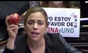 Una diputada rionegrina le mostró una manzana chilena a Peña en la sesión