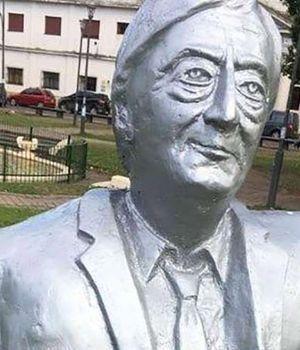 Vandalizan busto de Néstor y lo visten de preso