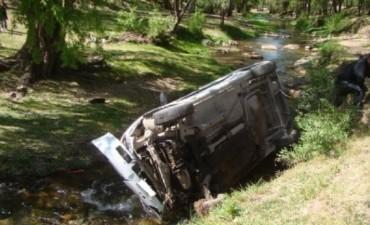 Robaron un auto en Alta Gracia y terminaron en el arroyo