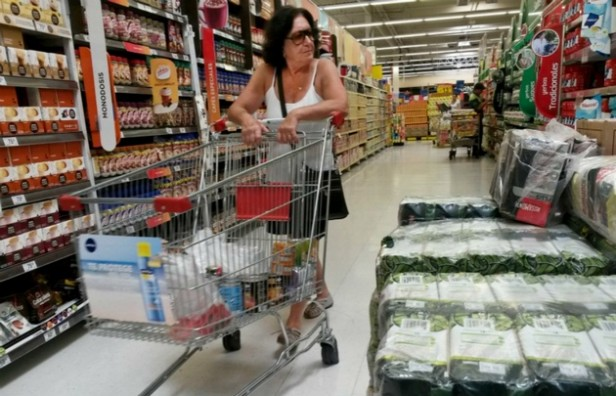 Una familia tipo necesitó $15.244 para no ser pobre en el último mes
