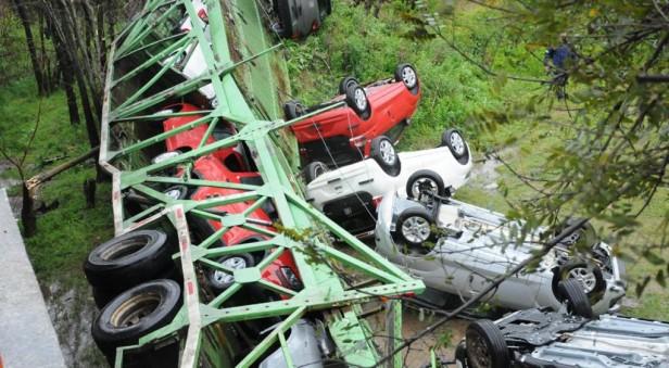 Un camión cargado con autos 0 km volcó, cayó de un puente y el chofer terminó ileso