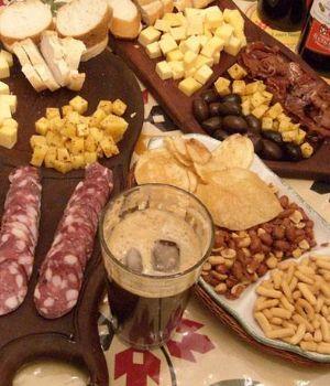 Tucumán quiere prohibir el fernet, maní y salame
