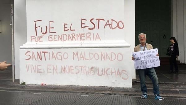 Encapuchados pintaron el Cabildo en la marcha por Santiago Maldonado