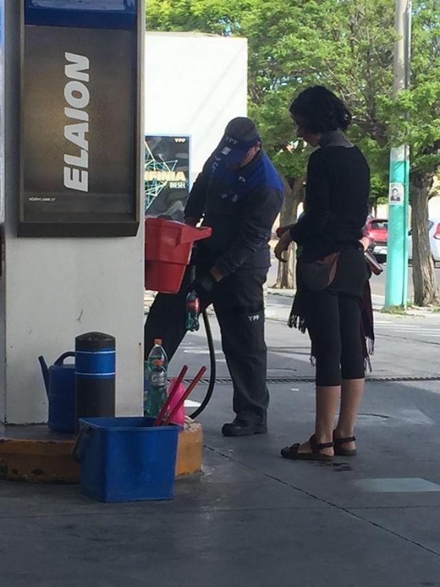 Clausuraron dos estaciones de servicio en Trelew por vender nafta en botellas durante el Encuentro Nacional de Mujeres