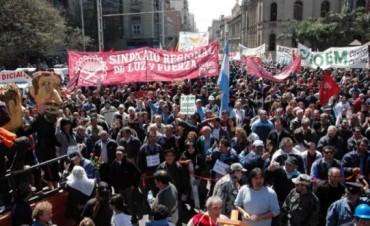 Tras el salariazo policial, Córdoba y Santa Fe retribuyen a estatales para garantizar la paz social