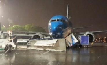 Fuerte temporal azotó Buenos Aires y dañó un avión