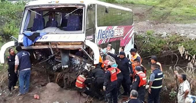 34 heridos al volcar micro turístico en Jujuy