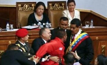Partidario burla la seguridad y abraza a Maduro durante su investidura