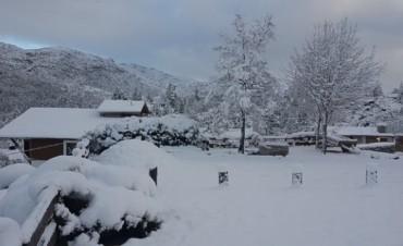 Una espectacular nevada tapizó de blanco las Sierras