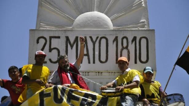 Raúl Castells se subió y encadenó a la Pirámide de Mayo