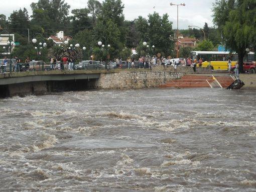 Máxima alerta: piden no ingresar a los ríos serranos
