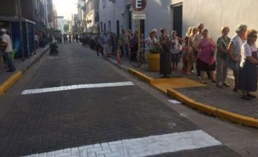 Larga fila de jubilados para cobrar en el centro cordobés