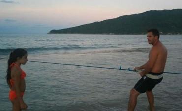 Continúa la búsqueda de la nena argentina que cayó al mar en Florianópolis