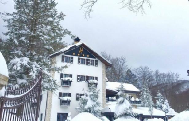 Una avalancha de nieve sepultó un hotel en Italia