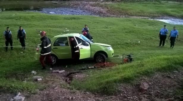 Un remisero cayó con su auto al río Suquía
