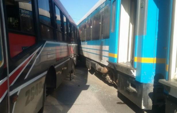 El Tren de las Sierras chocó con un colectivo en Ricardo Rojas
