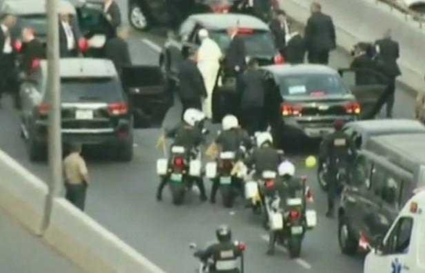 El Papa debió cambiar de auto en plena calle de Lima