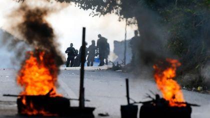 Militares rebeldes apoyan a la oposición, que pide evitar golpe de Estado en Venezuela