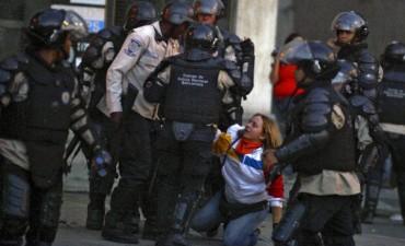 Denuncian torturas contra estudiantes presos en Venezuela
