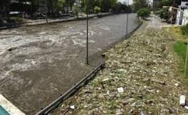 Cerraron avenida Costanera por crecida del Suquía en Córdoba