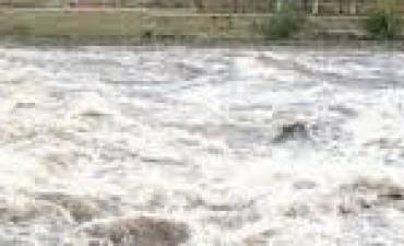 Buscan a la adolescente arrastrada por el río en La Calera