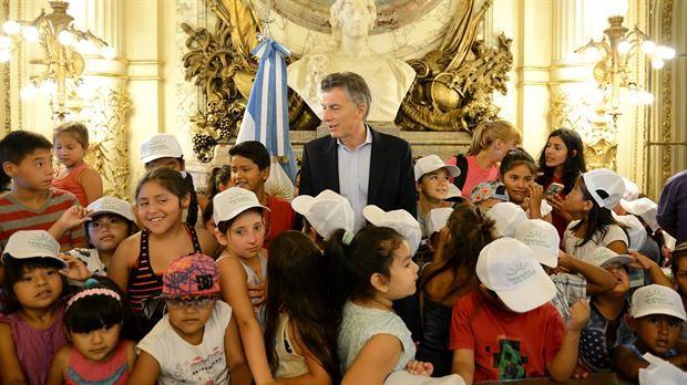 Mauricio Macri sorprendió a chicos de la Villa 31 que recorrían la Casa Rosada