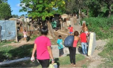 Los inundados regresan a viviendas en ruinas