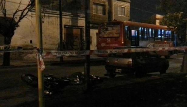 Un motociclista falleció al chocar contra un colectivo