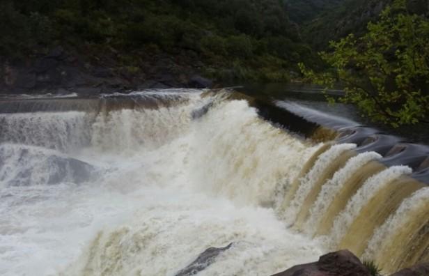 Advierten por crecidas en ríos serranos tras las lluvias