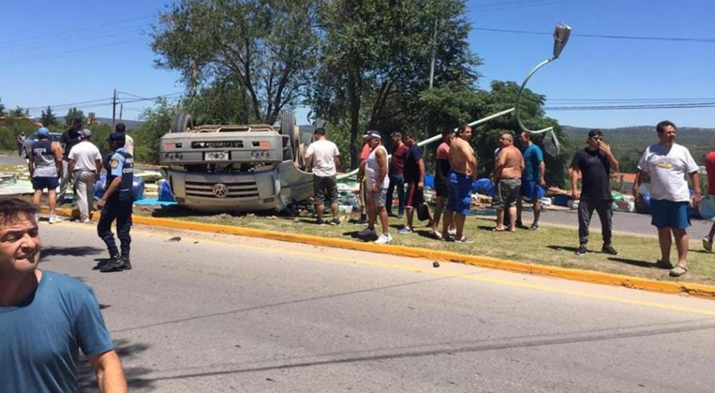 Un chófer murió aplastado al volcar el camión que manejaba en Mina Clavero