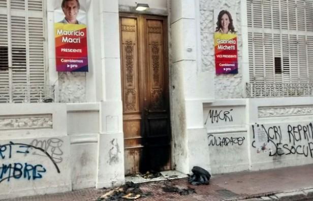 Incendiaron la puerta de la sede del PRO en Córdoba