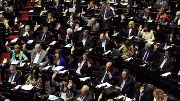 Levantaron la mano para privatizar con Menem hoy levantan la mano para estatizar con los K