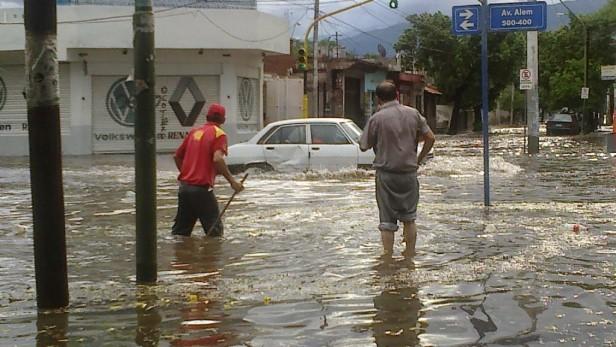 Fuertes lluvias y evacuados en Catamarca y Tucumán