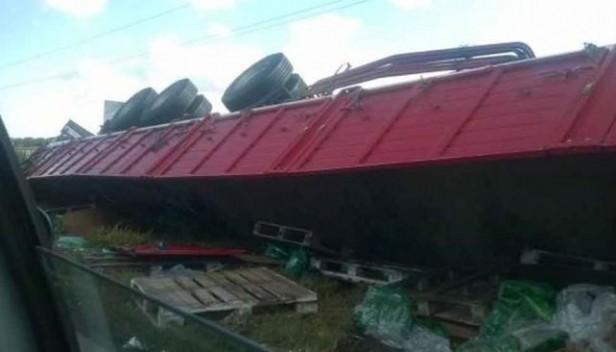 Un camión de gaseosas volcó y debieron cortar la ruta 9 norte