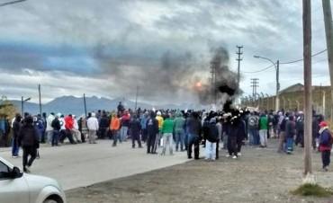 Tierra del Fuego: brutal enfrentamiento entre el gremio de estatales y Camioneros