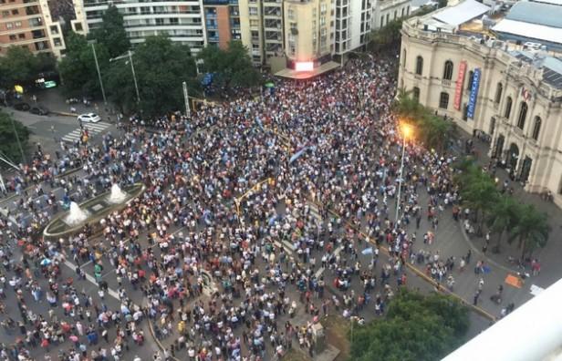 Una multitud marchó en Córdoba manifestándose en defensa de la democracia